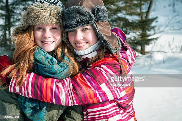"""melhores amigos abraçando no inverno. - """"martine doucet"""" or martinedoucet - fotografias e filmes do acervo"""