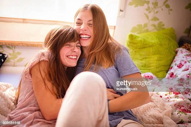 melhores amigos rindo na cama e fazendo cócegas uns aos outros - fazendo cócegas - fotografias e filmes do acervo