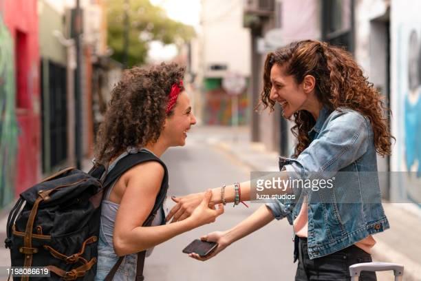 les meilleurs amis se rencontrant et embrassant - arrivée photos et images de collection