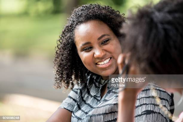meilleures amies sur un banc de parc - cameroun photos et images de collection