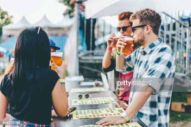 Beste vrienden op de beste zomerfestival bier drinken
