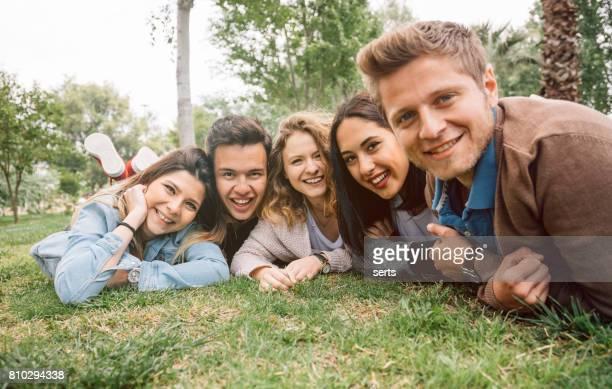 Beste Freunde entspannende Verlegung auf dem Rasen im Frühjahr park