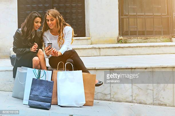 Besten Freunde Ausruhen nach dem Einkaufsbummel