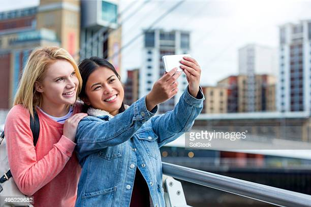 best friends selfie - newcastle upon tyne stockfoto's en -beelden