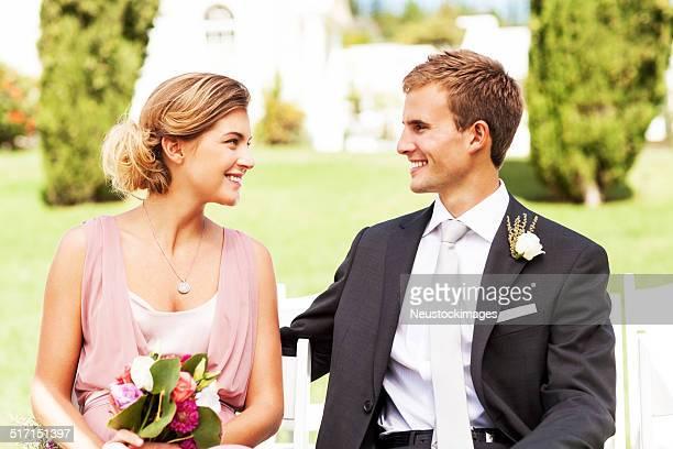 Témoin et Demoiselle d'honneur à la recherche dans chacun d'autres lors d'un mariage