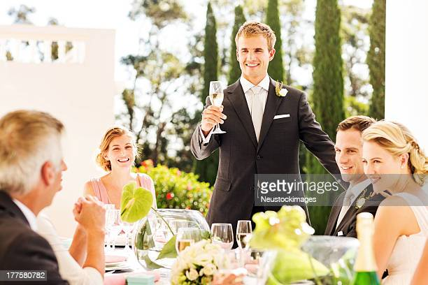 Homme soulevant le Toast lors d'une réception de mariage