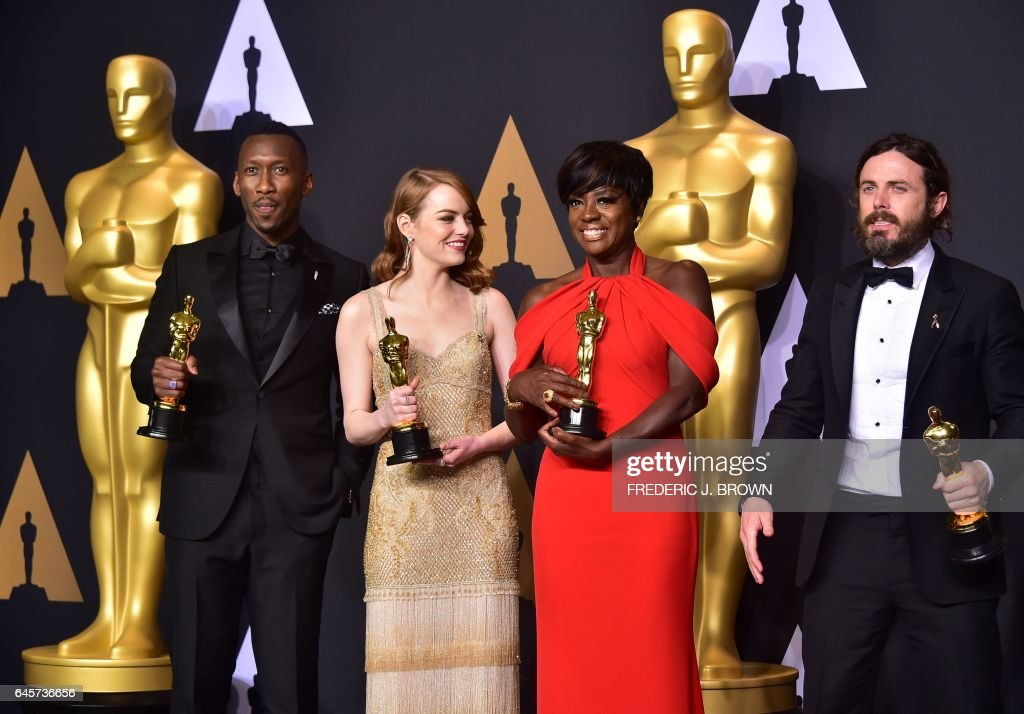 Best Supporting Actor Mahershala Ali, Best Actress Emma Stone, Best Supporting Actress Viola Dvis and Best Actor Casey Affleck pose in the press room during the 89th Annual Academy Awards on February 26, 2017, in Hollywood, California. / AFP / FREDERIC