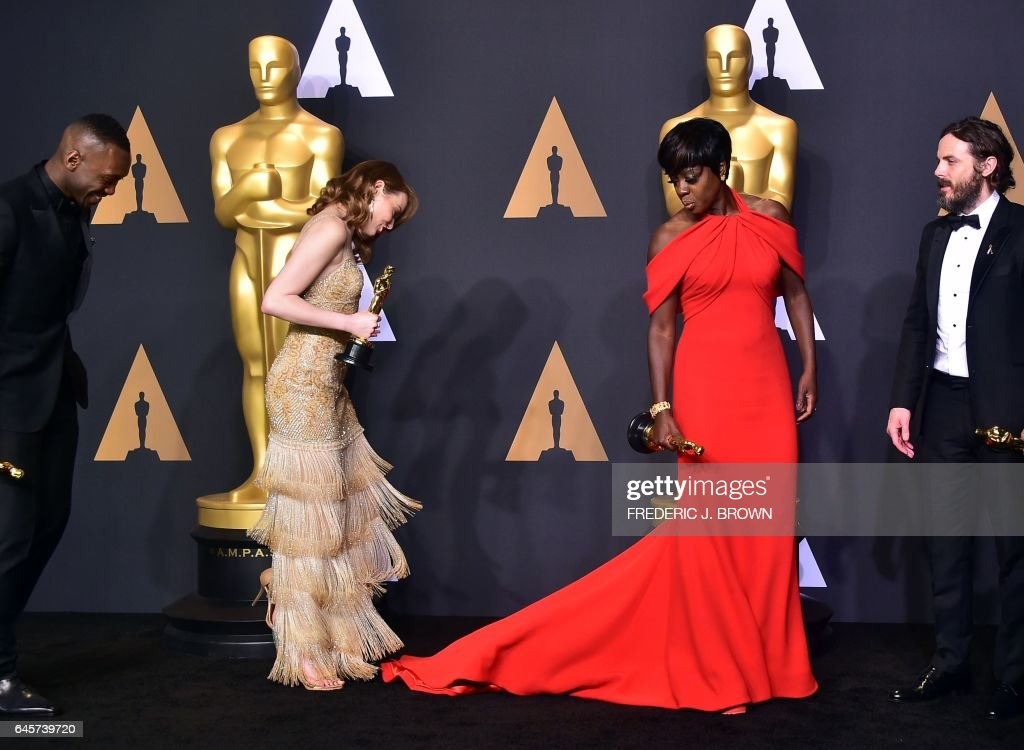 TOPSHOT - Best Supporting Actor Mahershala Ali, Best Actress Emma Stone, Best Supporting Actress Viola Dvis and Best Actor Casey Affleck pose in the press room during the 89th Annual Academy Awards on February 26, 2017, in Hollywood, California. / AFP / FREDERIC