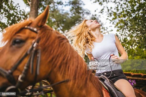 mejor tiempo - 1 woman 1 horse fotografías e imágenes de stock