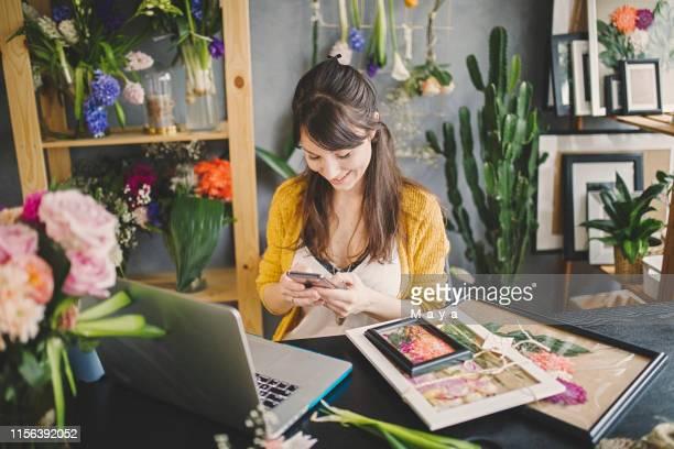 a melhor maneira de manter o cliente feliz é manter o contato com eles - postando - fotografias e filmes do acervo