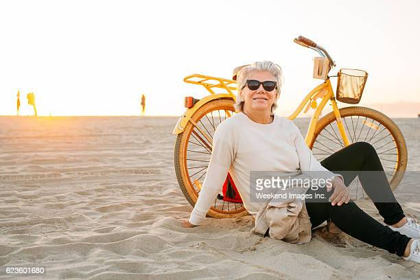 best way to spend your golden years - 65 69 years stock pictures, royalty-free photos & images
