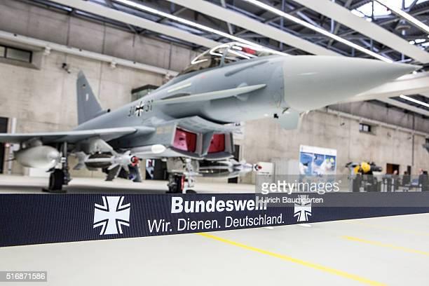 Besuch Bundeskanzlerin Angela Merkel beim Taktischen Luftwaffengeschwader 31 Boelke Absperrband mit der Beschriftung Bundeswehr Wir Dienen...