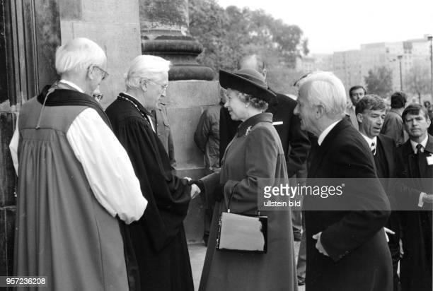 Besuch der britischen Königin Elizabeth II im Oktober 1992 in Dresden hier bei der Begrüßung am Portal der Kreuzkirche Auch Bundespräsident Richard...
