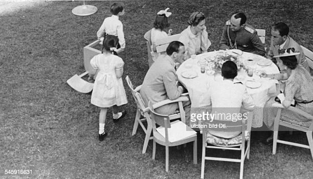 Besuch des Prinzregentenpaares bei Familie Goebbels - während des Gartenempfangs am Kaffeetisch von links: der Bildhauer Arno Breker, Magda Goebbels,...