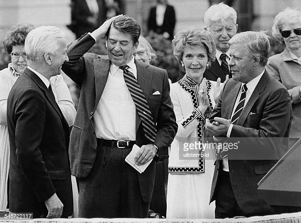 Besuch des USamerikanischen Präsidenten Ronald Reagan in Deutschland Ankunft in Berlin Richard von Weizsäcker Ronald Reagan Nancy Reagan und...