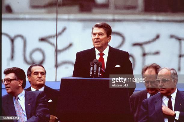 RONALD REAGAN Besuch in Berlin am Brandenburger Tor spricht er am Vormittag des 12 Juni 1987 seine wichtigste Rede vor 400000 Berlinern Mr GORBATCHEV...