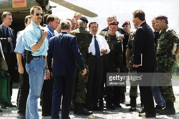 Besuch von Bundeskanzler Gerhard Schröder in Prizren / Kosovo: Nach der Ankunft in Prizren; Schröder , re. Neben ihm Hans-Peter von Kirchbach,...