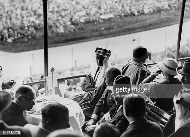 Besuch von Faisal Vizekönig von Mekkaund späterer König von SaudiArabienin Berlin als Zuschauer bei einemAutorennen auf der Avus Ganz links der Chef...