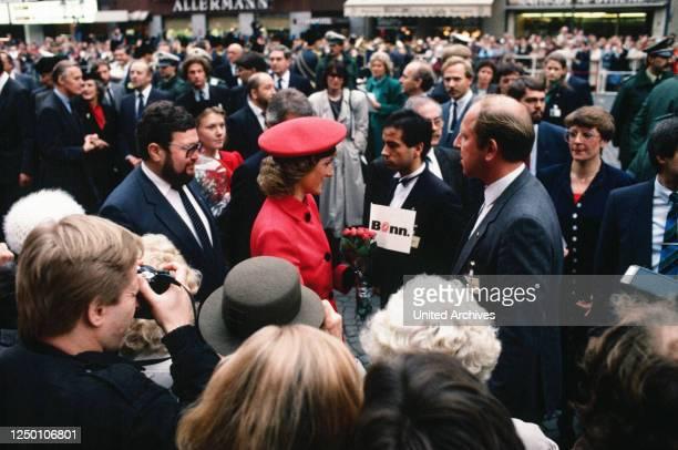 Besuch von Prinz Charles und Prinzessin Diana in Bonn - Prinzessin Diana auf dem Marktplatz in Bonn mit 8.000 begeisterten Zuschauern und dem...