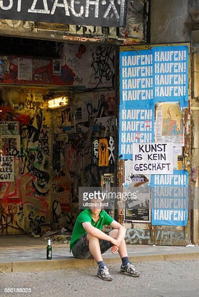 Besucher am Rande einer Protestaktion für den Erhalt des Kunst und Kulturhauses Tacheles in der Oranienburger Straße in Berlin