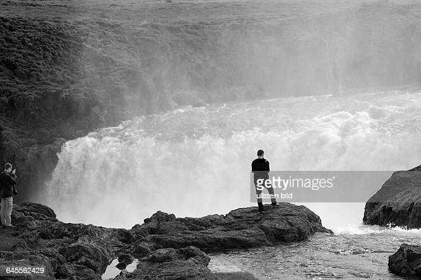 Besucher am Wasserfall Goðafoss bei Laugar Island