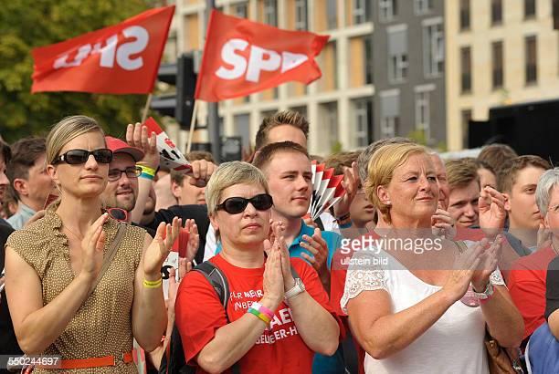 Besucher applaudieren beim Deutschlandfest anlässlich des 150jährigen Bestehens der SPD auf der Strasse des 17 Juni in Berlin
