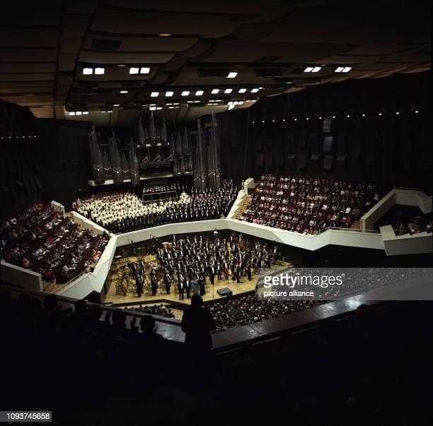 Besucher applaudieren beim Eröffnungskonzert im Gewandhaus Leipzig aufgenommen am Das erste Konzert des Gewandhausorchesters unter Leitung des...