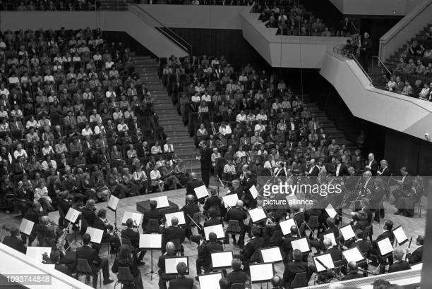 Besucher applaudieren beim traditionellen Familienkonzert mit Konzerteinführung im Gewandhaus Leipzig aufgenommen 1988 Foto Waltraud Grubitzsch dpa...