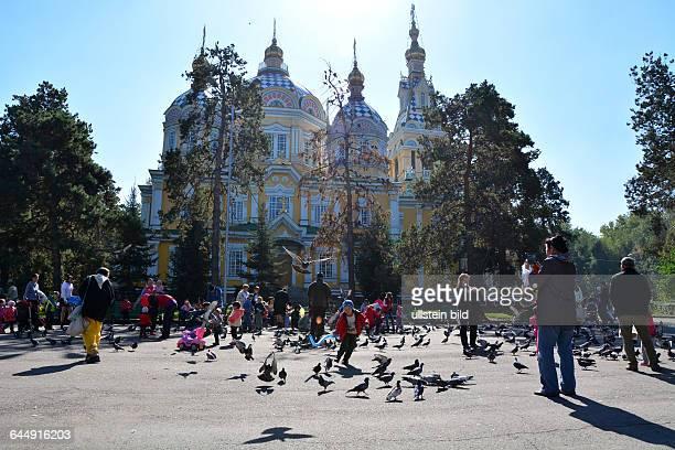 Besucher auf dem Platz vor der Zhenkov Kathedrale in Almaty Kasachstan