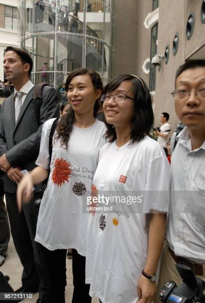 Besucher bei der Eröffnung einer DeutschChinesischen Kunstausstellung in Wuhan aufgenommen am Im Rahmen des Programms 'Gemeinsam in Bewegung' finden...