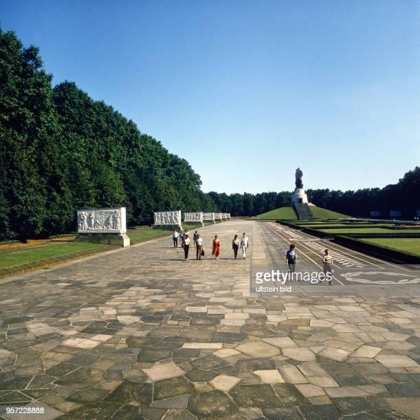 Besucher besichtigen die zentrale Anlage des Treptower Ehrenmals das die Ruhestätte für 5000 beim Kampf um Berlin gefallene sowjetische Soldaten...