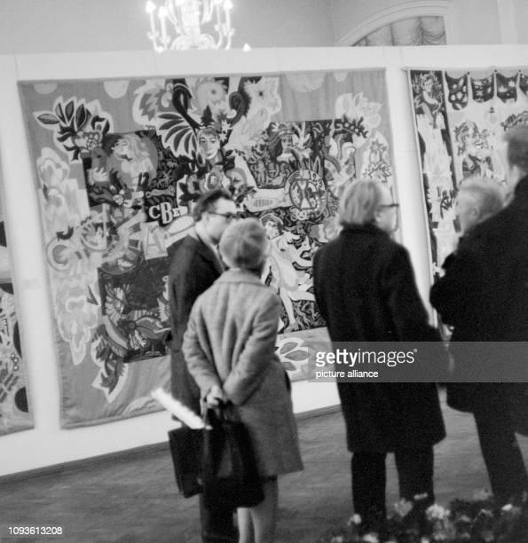 Besucher betrachten in einem Museum in Gera ausgestellte Kunst Bild vom Foto FSUFotozentrum