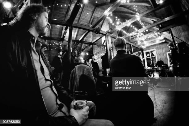 Besucher der Bar Dillon während einer Jam Session einer Jazzband in Reykjavik