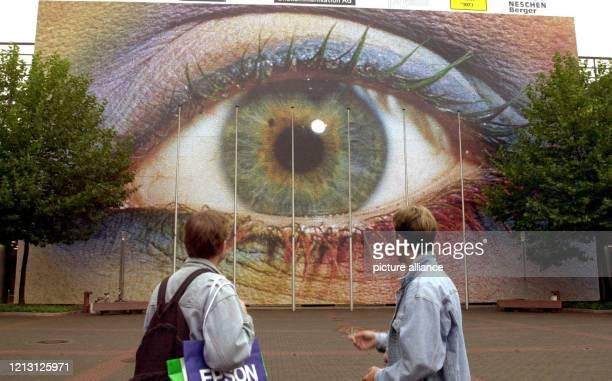 Besucher der weltgrößten Fotomesse photokina in Köln betrachten am 20.9.2000 das größte Bild der Welt, das sich aus insgesamt 235000 Einzelfotos...