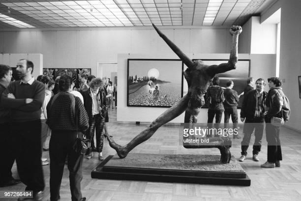 Besucher der X Kunstausstellung der DDR im Albertinum in Dresden betrachten im Herbst 1987 die Plastik 'Jahrhundertschritt' des Malers und Bildhauers...