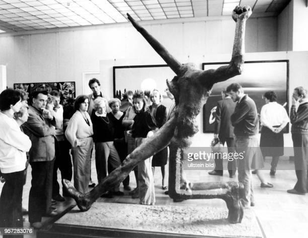 Besucher der X Kunstausstellung der DDR in Dresden betrachten die Skulptur 'Der große Schritt' aufgenommen 1987 Die Kunstausstellung fand vom 03...