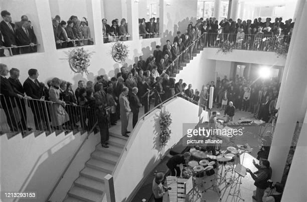 Besucher hören während der Museumseröffnung am im Foyer der Kunsthalle Schirn in Frankfurt am Main einer Musikgruppe zu Foto Roland Witschel dpa...