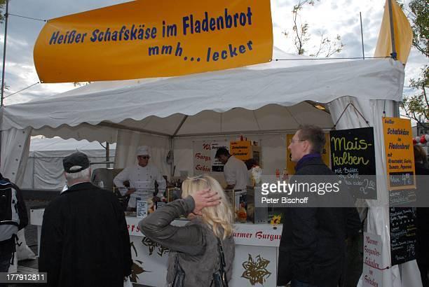 Besucher ImbissBetreiber im ImbissWagen mit türkischen Speisen Schau der 16 Bundesländer zum 20Tag der Deutschen Einheit LänderBoulevard PartyMeile...