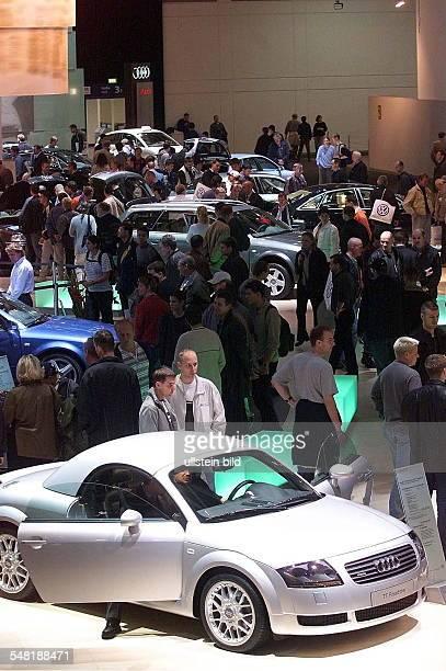 Besucher in der Ausstellungshalle von Audi in den Messehallen am Funkturm