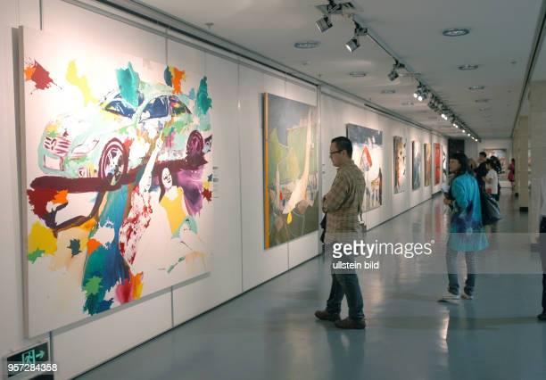 Besucher in einer DeutschChinesischen Kunstausstellung in Wuhan aufgenommen am Im Rahmen des Programms 'Gemeinsam in Bewegung' finden im Herbst 2009...