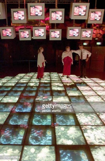 Besucher stehen am 30.6.2000 inmitten einer riesigen Videoinstallation im kanadischen Expo-Pavillon in Hannover. In den Boden eingelassene,...