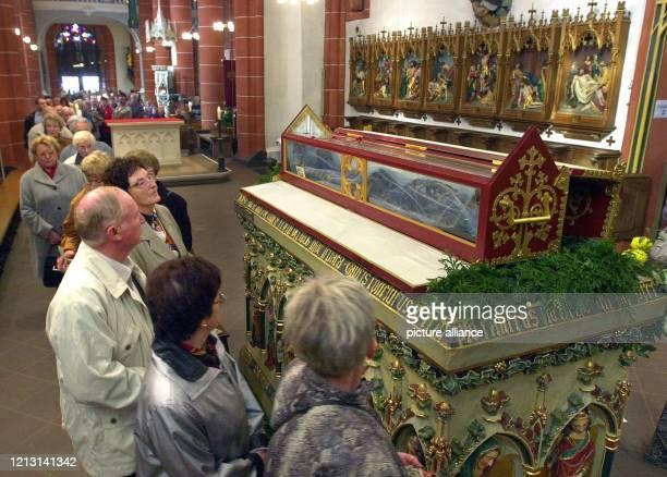Besucher strömen am in der Wendelinusbasilika an dem Glassarg mit den Gebeinen des Heiligen Wendelinus vorbei. Zur Wallfahrtswoche in der...