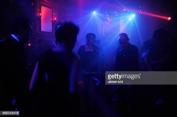 Besucher tanzen im Duncker-Club in Berlin