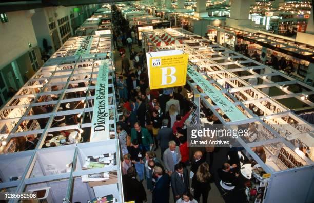 Besucher und Fachpublikum auf der Buchmesse in Frankfurt, Deutschland 1993.