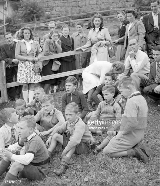 Besucher und Kinder im Kinderheim Rigisunne#Visitors and children in the children's home Rigisunne