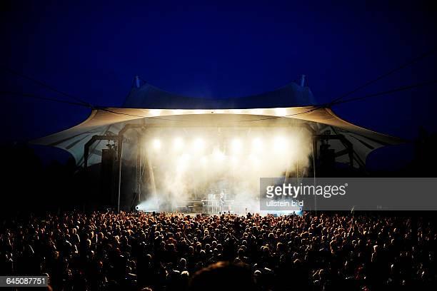 Besucher vor der Bühne auf dem Blackfield Festival 2015 im Amphitheater in Gelsenkirchen