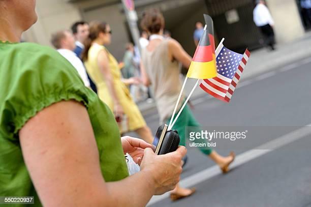 Besucherin mit der deutschen und der amerikansichen Flagge anlässlich der Red von USPräsident Barak Obama vor dem Brandenburger Tor in Berlin
