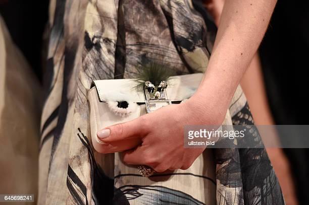 Besucherin mit ihrer Handtasche während der Premiere des Eröffnungsfilms -NOBODY WANTS THE NIGHT- anlässlich der 65. Internationalen Filmfestspiele...