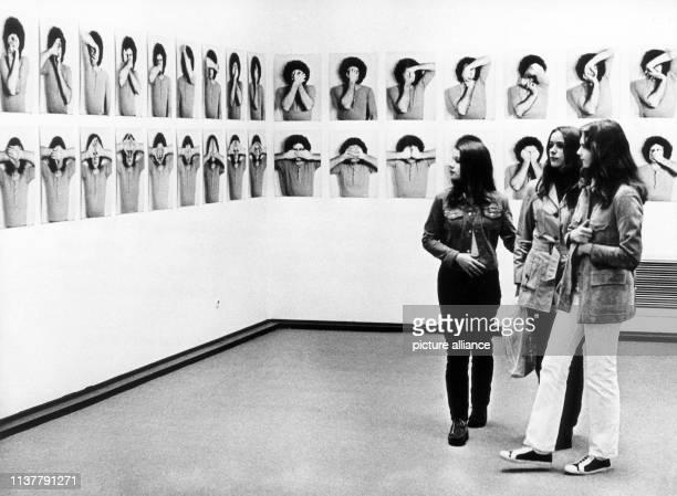 Besucherinnen vor Arbeiten des Künstlers Klaus Rinke von der Düsseldorfer Galerie Fischer Aufnahme vom Die Informationsschau prospekt 71 in der...