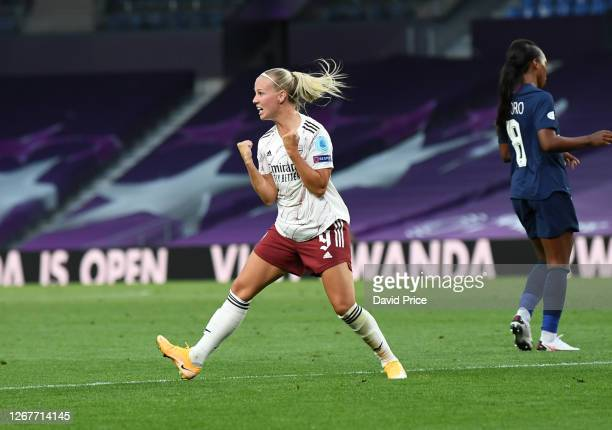 Beth Mead celebrates scoring Arsenal's goal during the UEFA Women's Champions League Quarter Final between Arsenal FC Women and Paris SaintGermain...